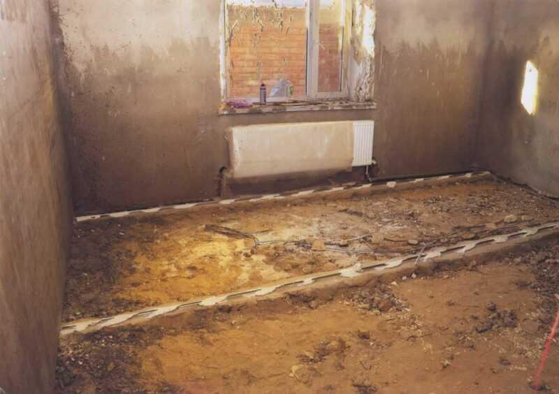 Так мы живем,от стоков и сырости прогнил пол и стены все сырые.