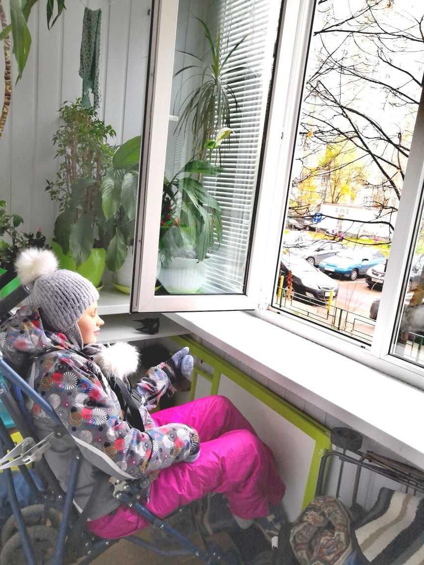 это наша дочь Екатерина дышит воздухом на балконе